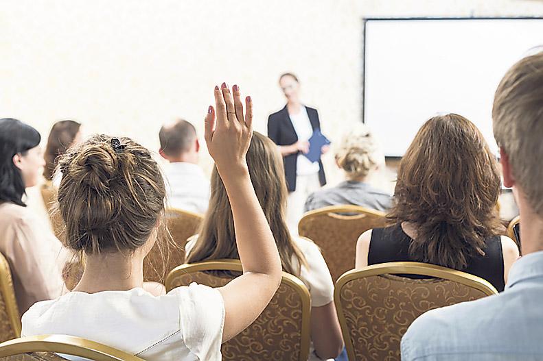 Auszubildende/Nachwuchskräfte befinden sich in einer Vorlesung.