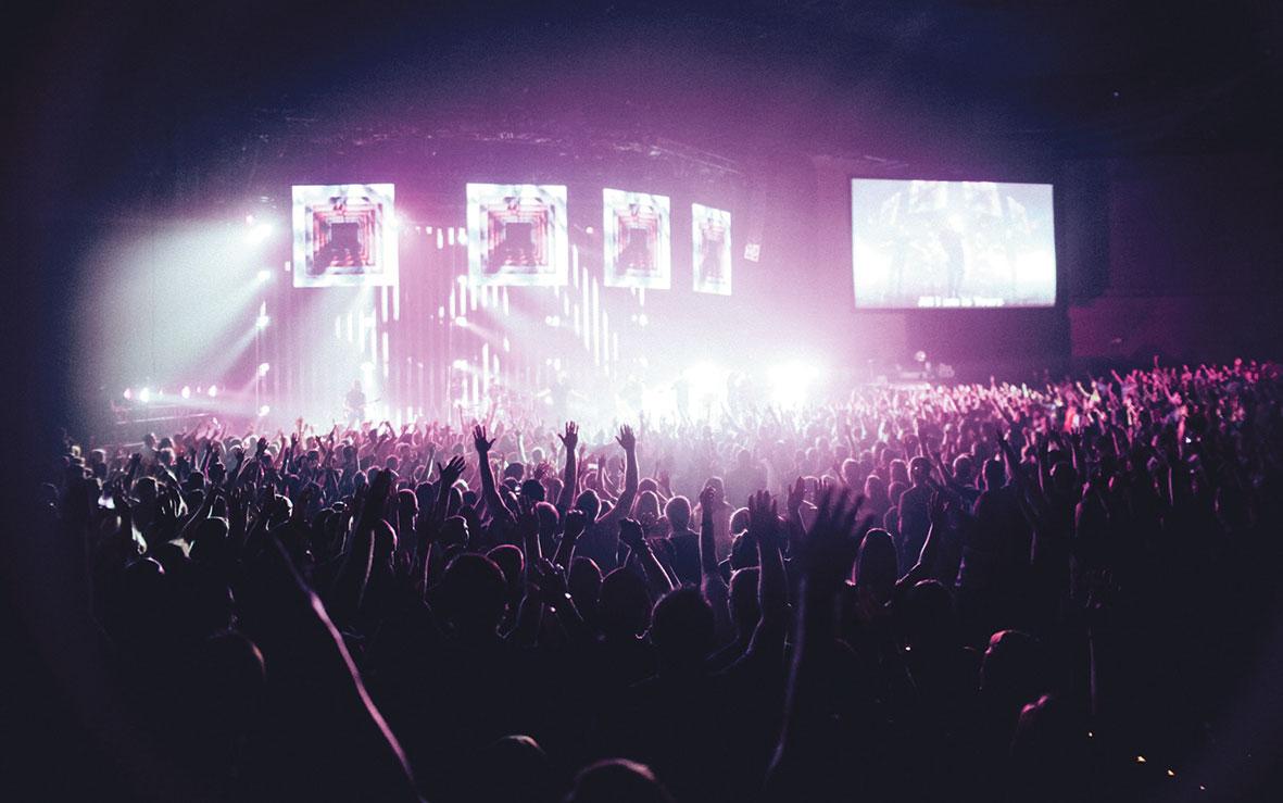 Konzertszene mit großer Bühne