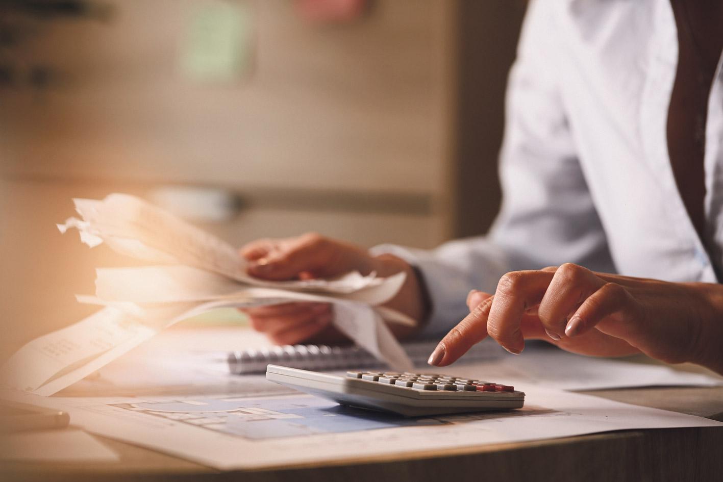 Buchhalterin überprüft Rechnungen