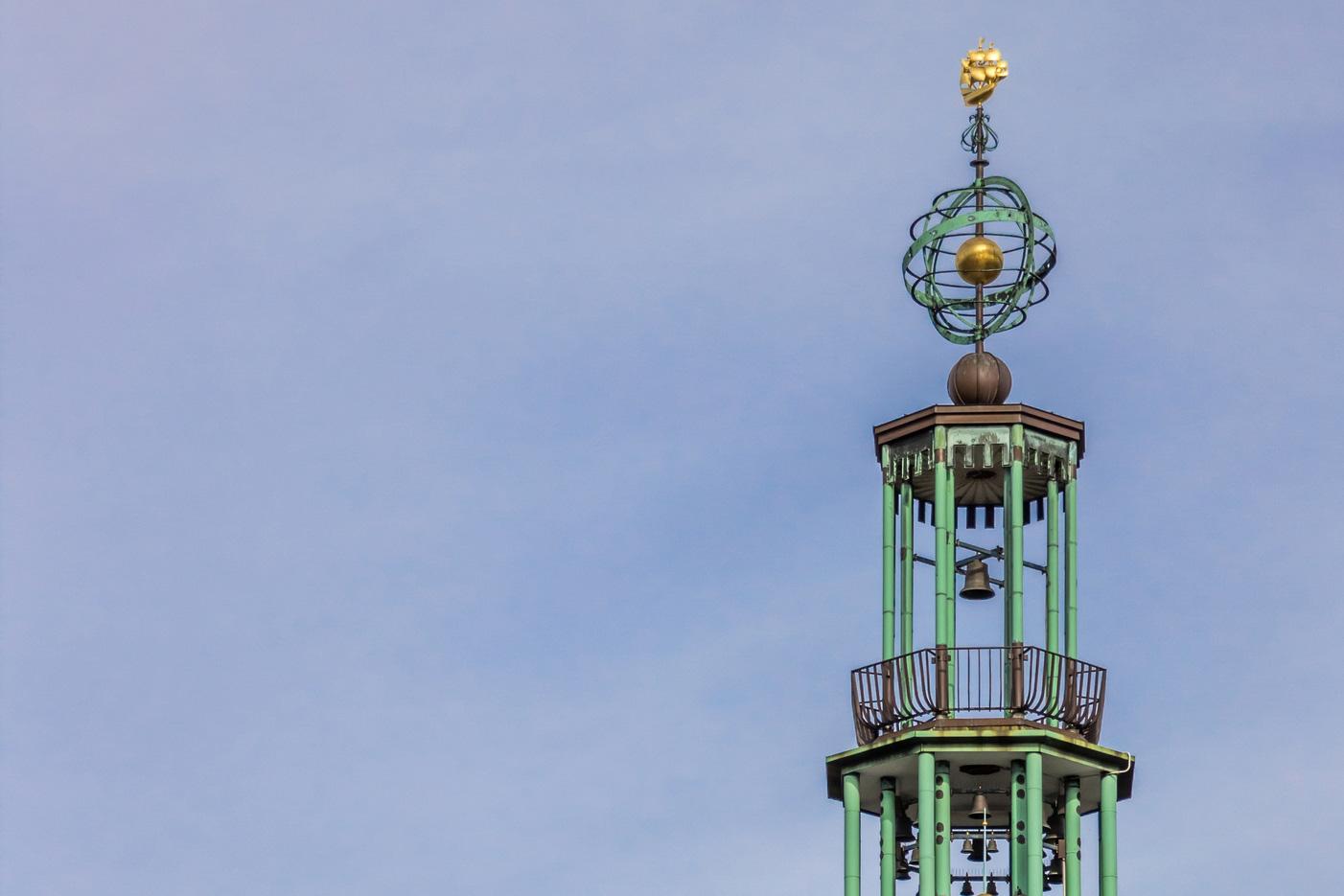 Spitze des Rathauses in Emden. Thema: Entwicklung deutscher Standorte
