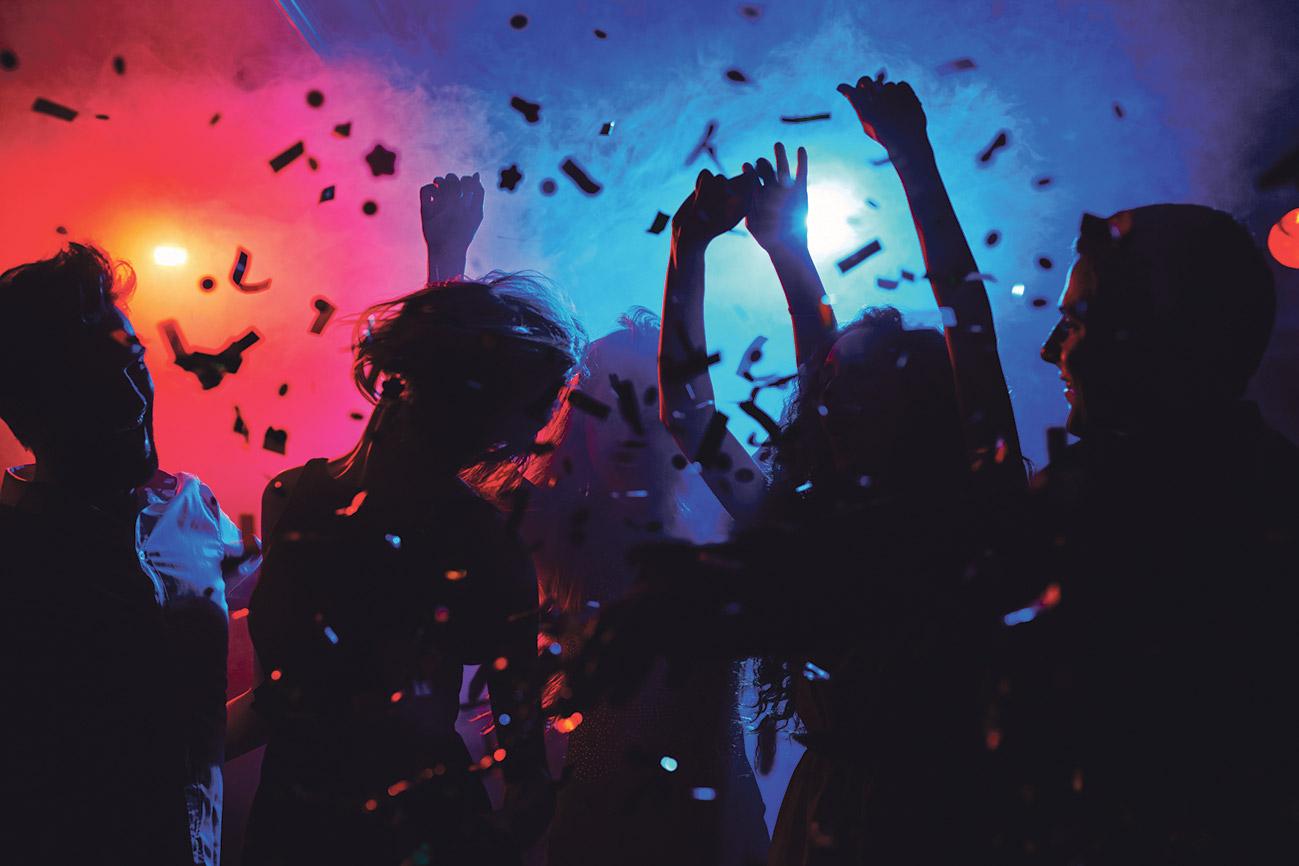 Feiernde Menschen in einer Club-Atmosphäre