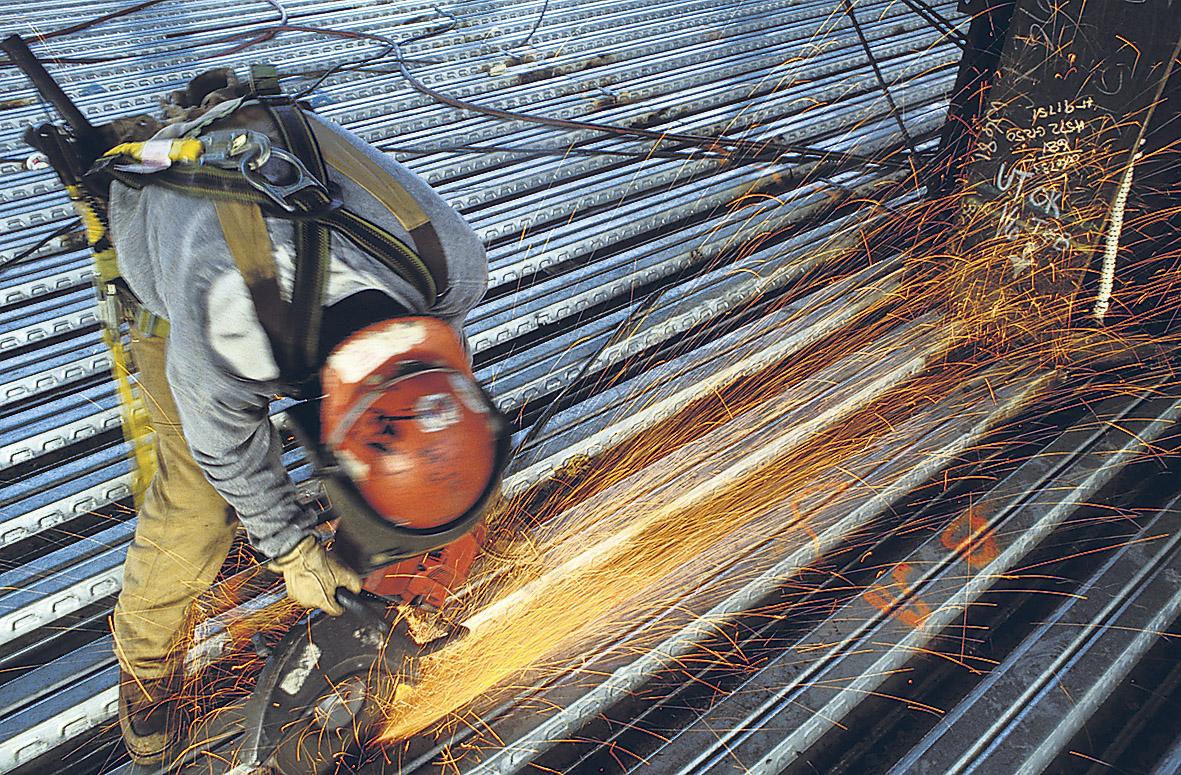 Ein Bauarbeiter erledigt Schweiß-Arbeiten