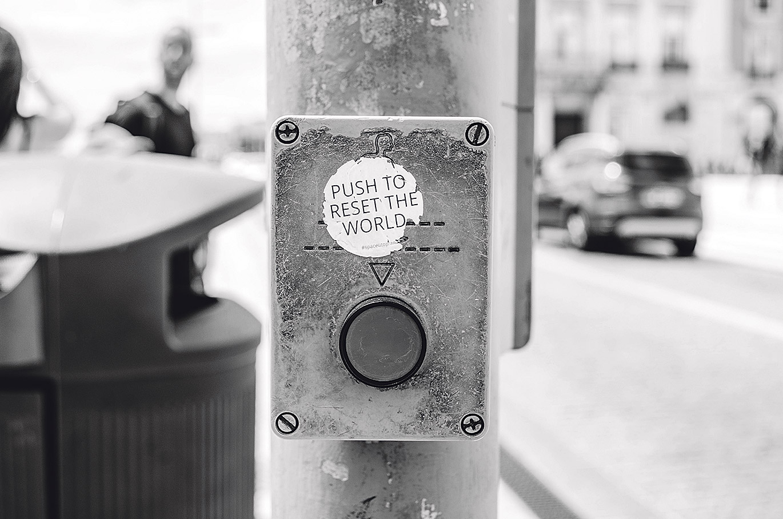Knopf zur Ampelschaltung über dem steht: Push to reset the world