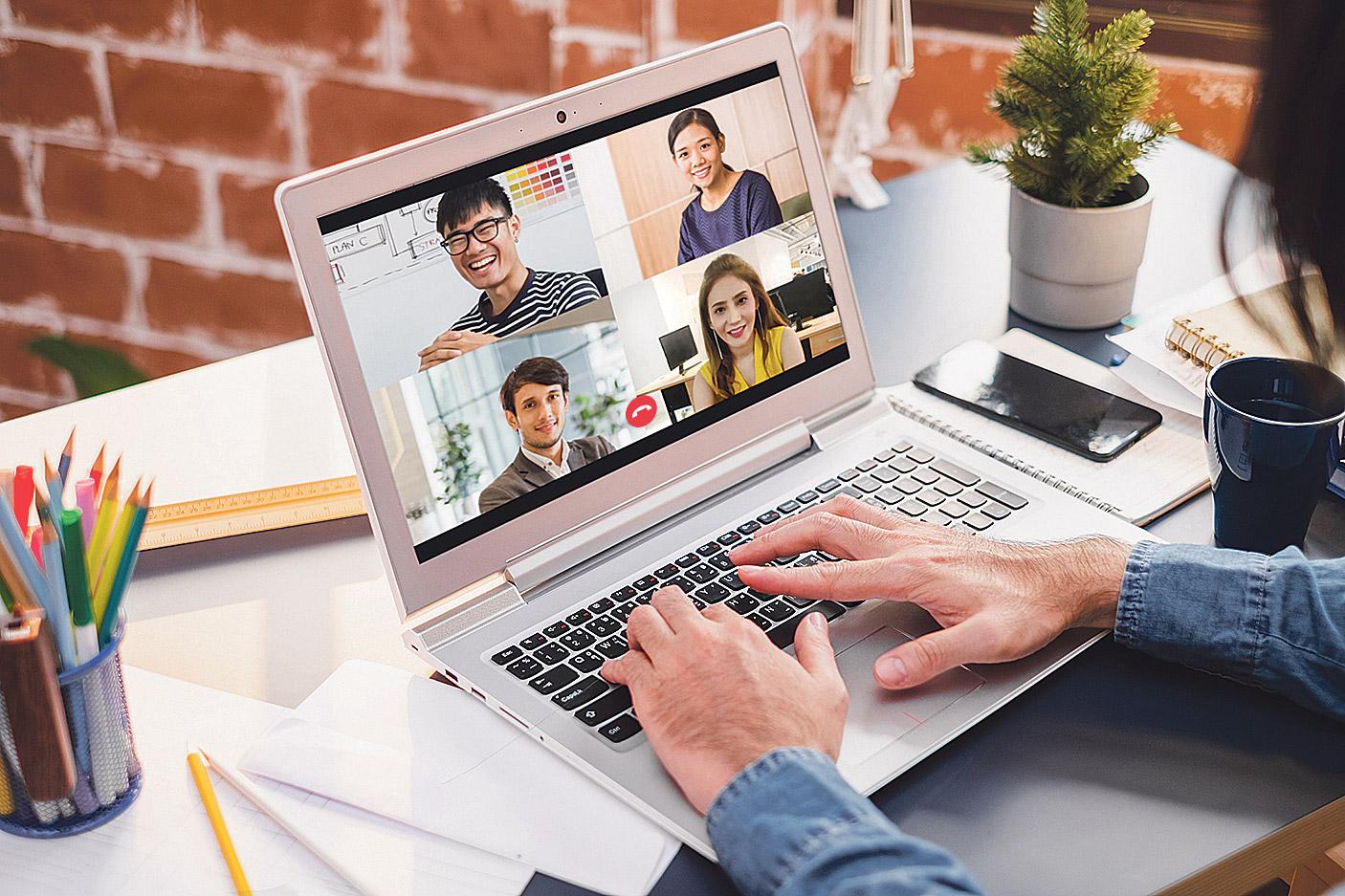 Laptop auf dem eine Videokonferenz läuft