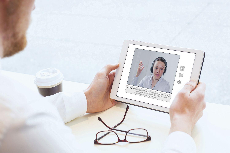 Mitarbeiter führt ein Gespräch mit einer Kollegin über einen Videoanruf. Thema: All-IP