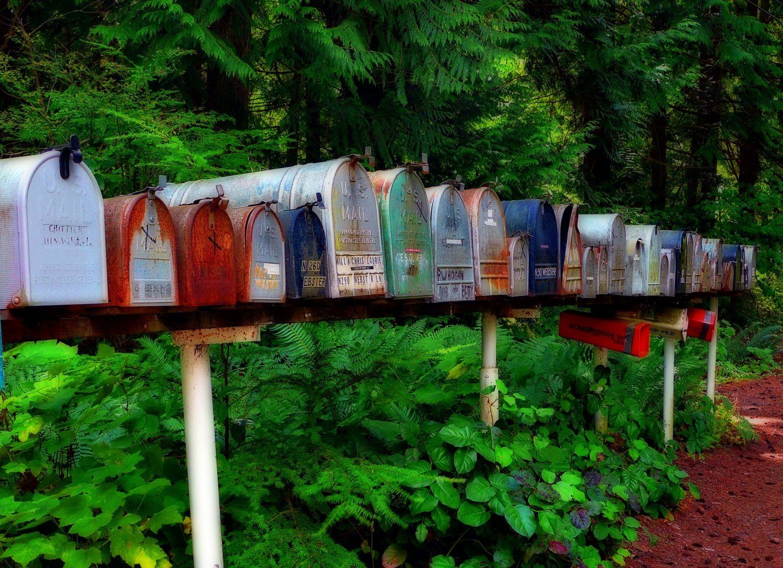 Viele, bunte Briefkästen nebeneinander. Thema: Grüne Logistik