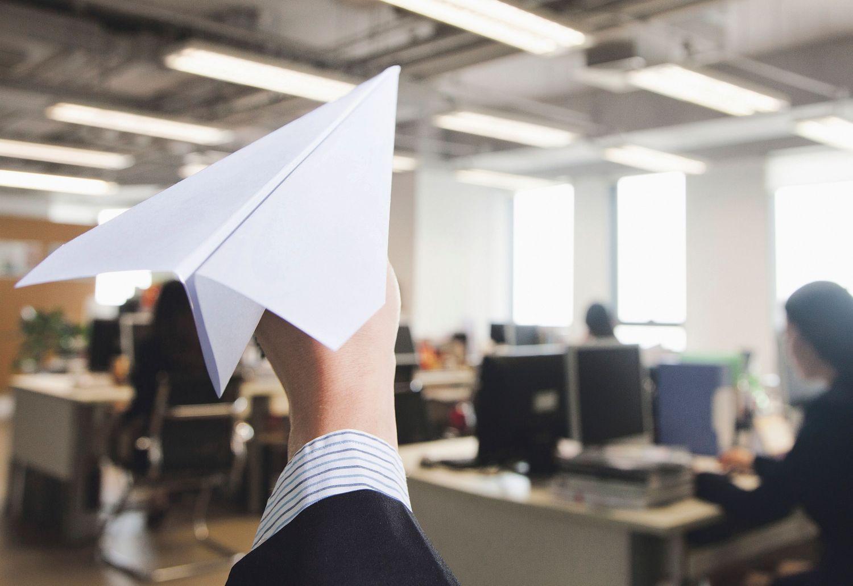 Papierflieger im Büro. Thema: Nachhaltige Personalpolitik