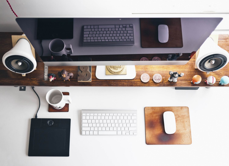 Gut ausgestatteter PC-Arbeitsplatz mit Lautsprechern