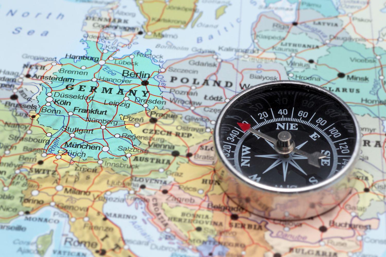 Kompass liegt auf einer Europa-Karte; Thema: Standortfaktoren in Deutschland