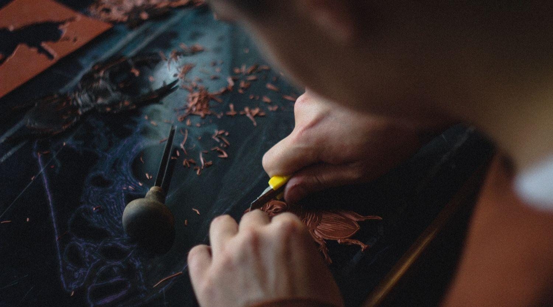Ein Holzschnitzer bei der Arbeit. Thema: Fachkräftemangel im Osten