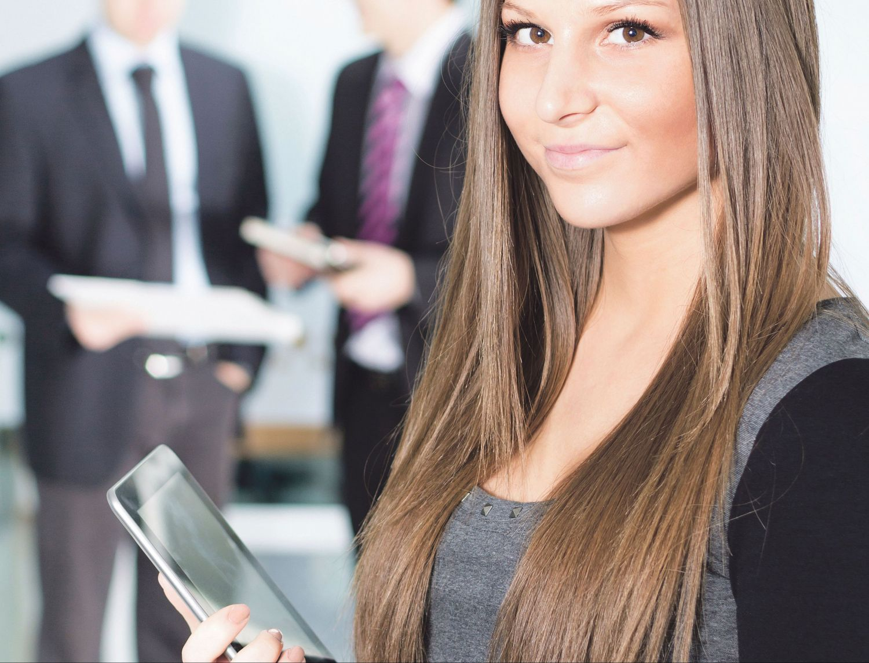 Junge Frau mit Tablet im Arm. Thema: Personalgewinnung