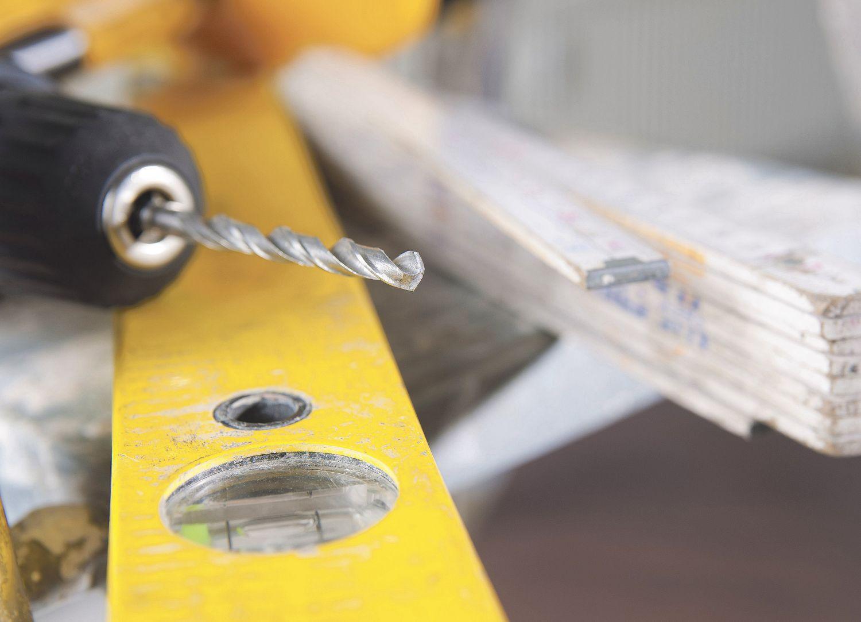Werkzeug: Bohrmaschine, Wasserwaage und Zollstock