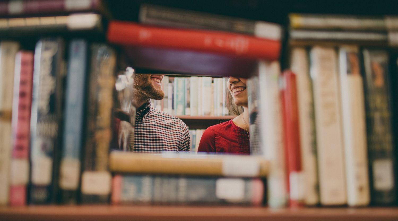 Bücher sind so zusammengestellt, dass ein kleines Viereck zum Durchschauen bleibt