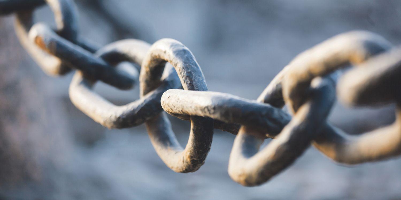 Metallkette symbolisiert Supply-Chain-Management