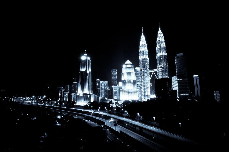 Beleuchtete Silhouette einer Stadt in der Nacht; Thema: Informations- und Kommunikationstechnik