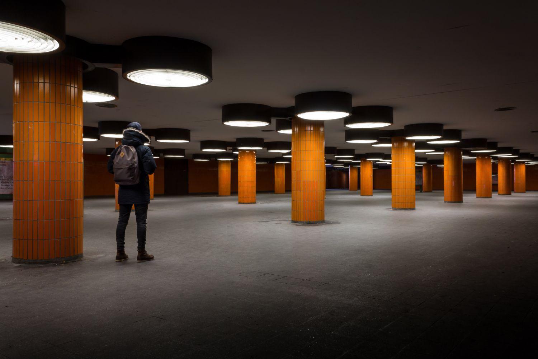 Beleuchteter Tunnel mit orangenen Säulen; Thema: Wirtschaftsstandort Deutschland