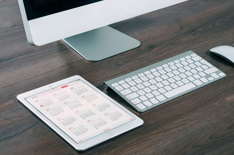 PC-Arbeitsplatz mit Monitor, Tastatur und Tablet. Thema: ERP-Systeme