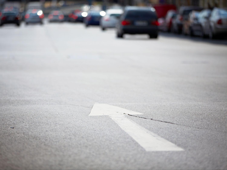 Pfeil auf einer Straße; Thema: Verkehrsnetze