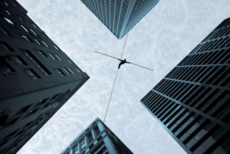 Geschäftsgebäude, die in den Himmel ragen, formen ein Kreuz am Himmel