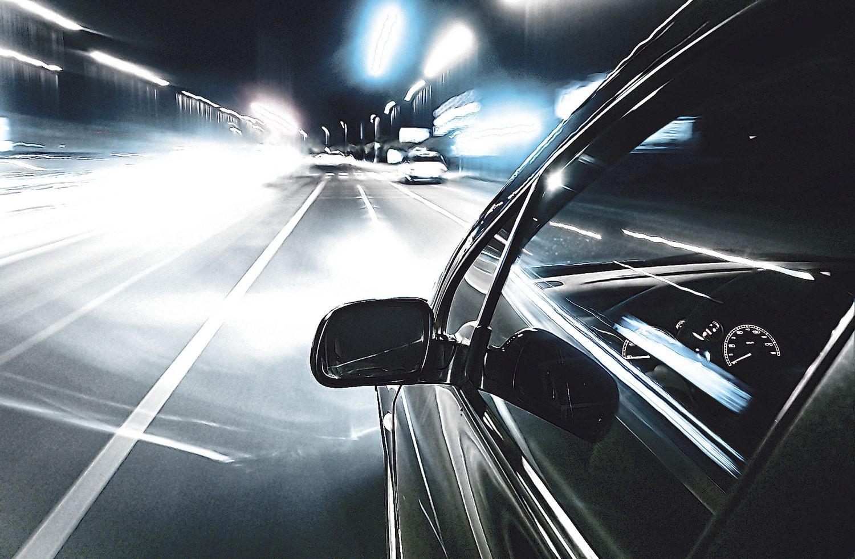 Auto fährt bei Nacht