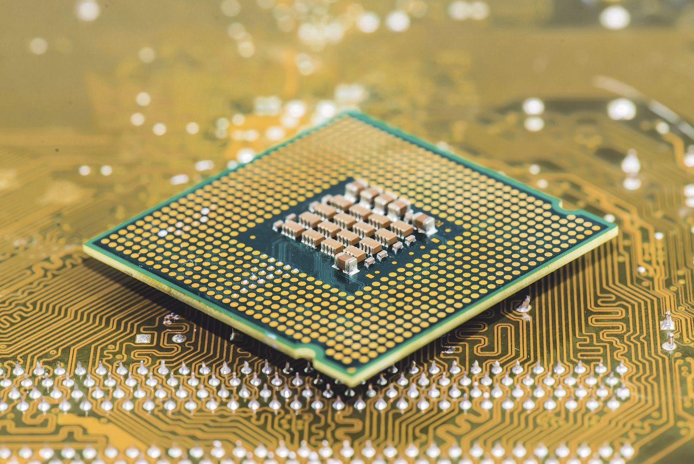 Computerchip auf goldener Platine