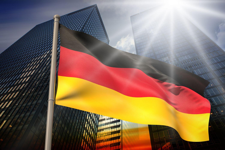 Deutsche Flagge vor einem Bürogebäude; Thema: D-A-CH